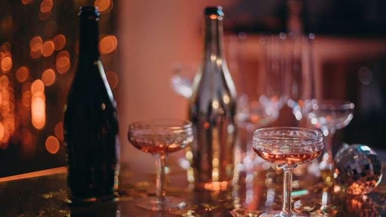 Verre à cocktails et bouteille dans un bar
