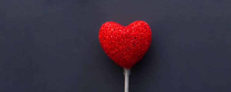 coeur rouge monté sur une sucette