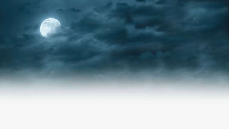 ciel nuageux un soir de pleine lune bien visible et blanche