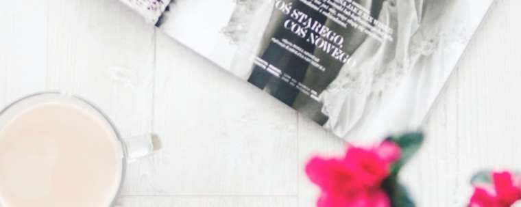 Flat lay café magazine fleurs