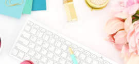 Composition photo macarons framboises clavier sans fil blanc pivoine rose cahiers et stylo turquoise